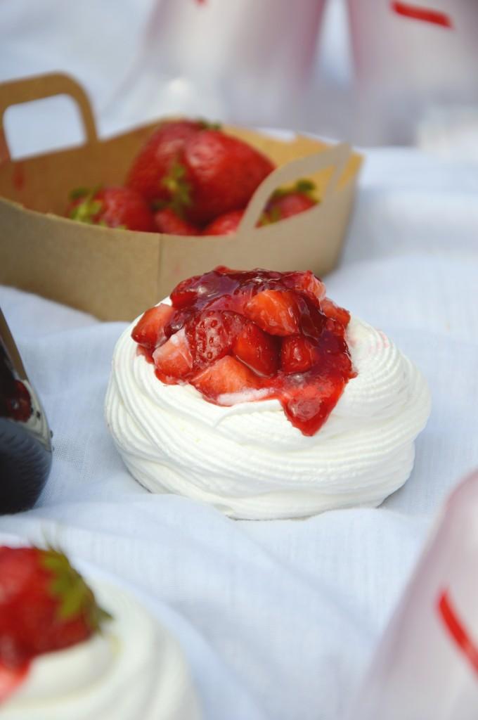 Mini Pavlova citron et confiture fraise - mure - champagne rosé G.H. Mumm par Plus une miette dans l'assiette