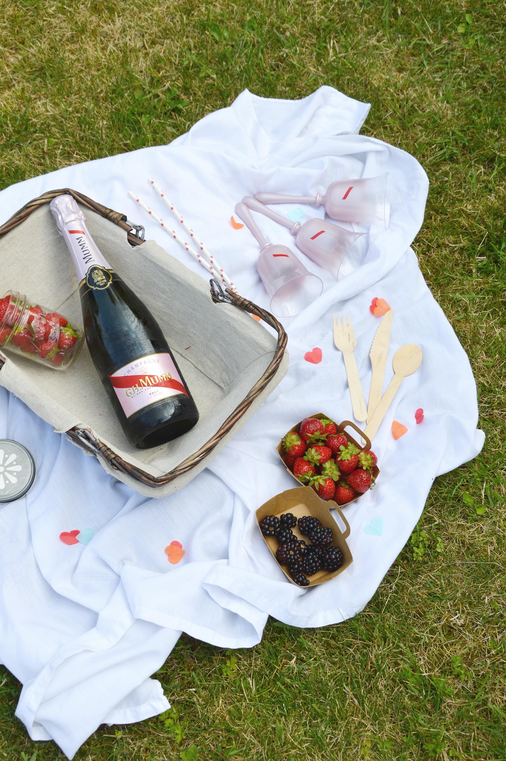 pavlova au citron et confiture fraise m re champagne ros g h mumm ros time pour les 1 an. Black Bedroom Furniture Sets. Home Design Ideas