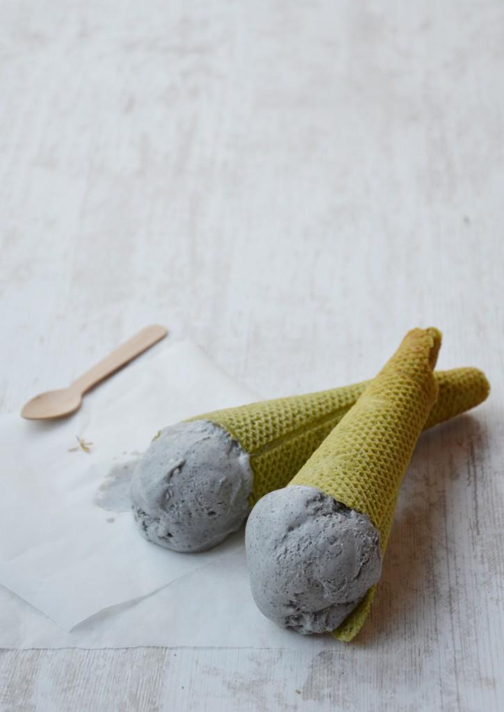 Glace mascarpone - sésame noir // Cônes au thé matcha par Plus une miette dans l'assiette