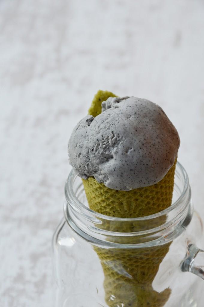 Glace mascarpone - sésame noir accompagné de cône au thé matcha par Plus une miette dans l'assiette