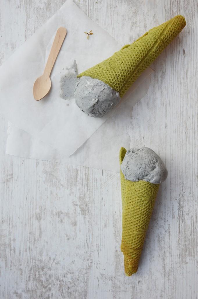 Glace mascarpone - sésame noir et cornets au thé matcha par Plus une miette dans l'assiette