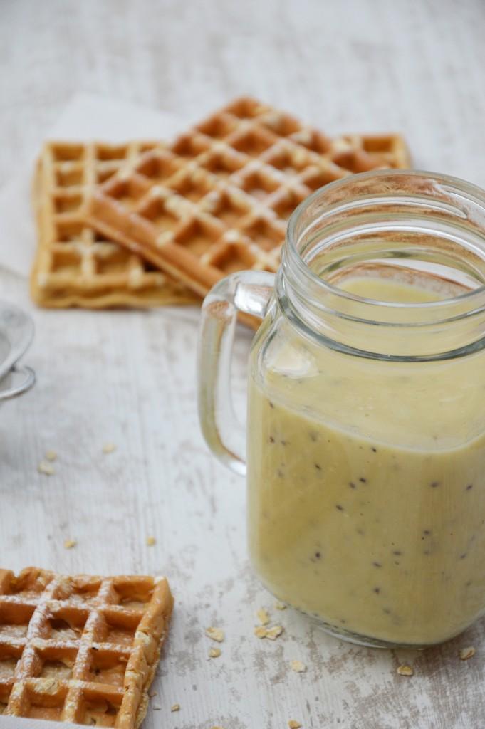 Smoothie banane-pomme-kiwi et gaufre sans beurre à l'avoine - Plus une miette dans l'assiette