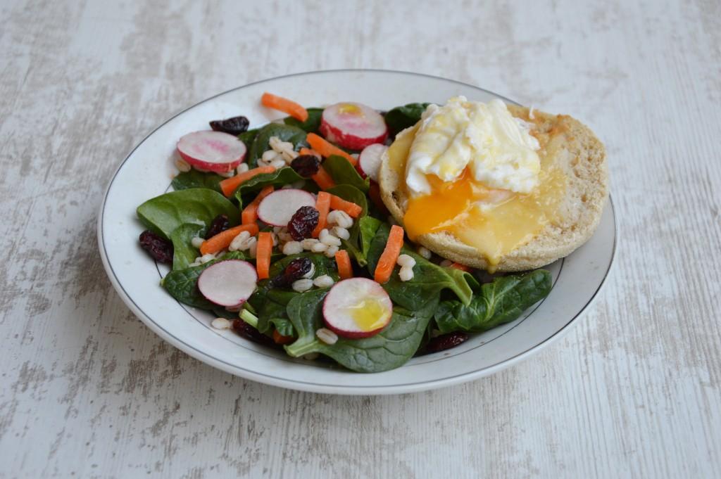 Brunch coloré - Salade et oeuf bénédicte - Plus une miette dans l'assiette