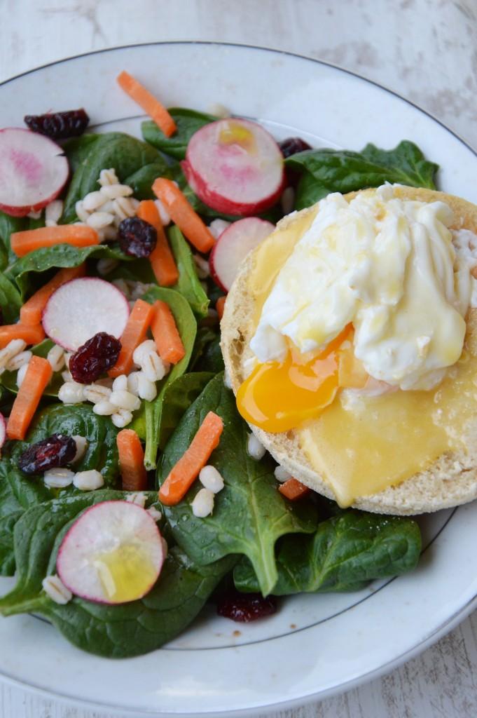 Brunch coloré - Salade et oeuf bénédicte - Plus une miette