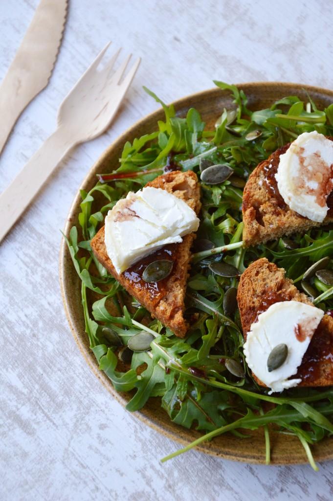 Salade roquette-pain d'épice-chevre-confiture figue melon-graines de courge - Plus une miette dans l'assiette