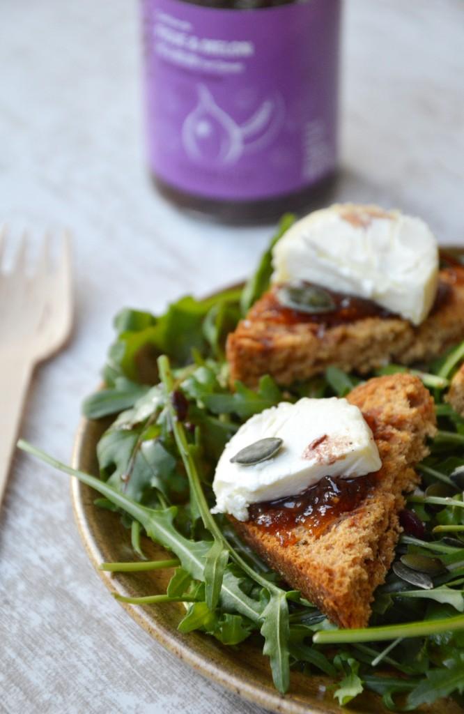 Salade roquette-pain d'épice-chevre-confiture figue melon-graines de courge / Plus une miette dans l'assiette