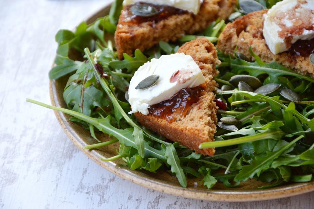 Salade roquette-pain d'épice-chevre-confiture figue melon-graines de courge - Plus une miette