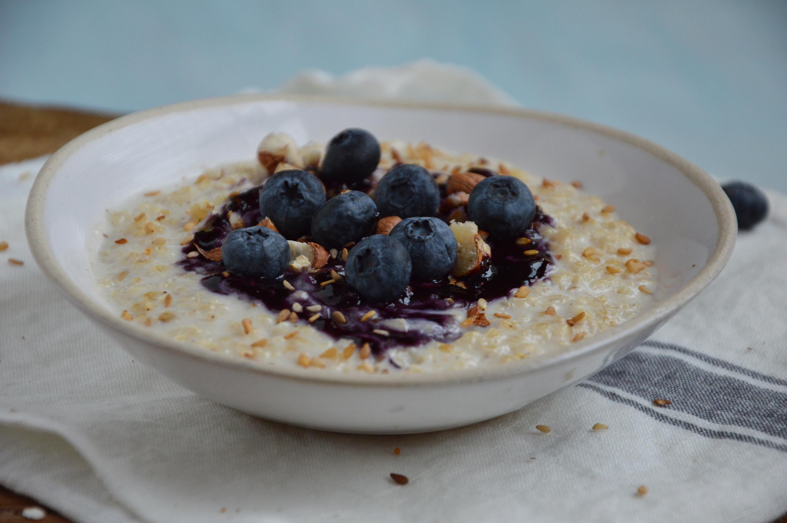 vegan porridge au lait d amande flocons d avoine noisettes s same myrtilles fraiche et. Black Bedroom Furniture Sets. Home Design Ideas