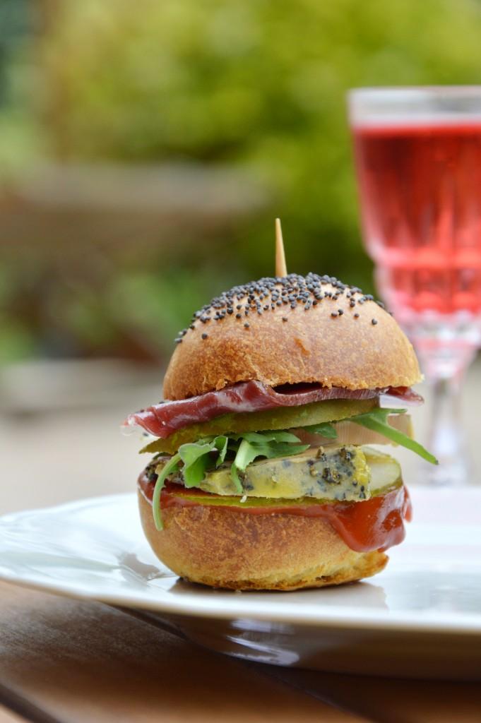 Mini burger foie gras, magret de canard fumé, poire, roquette et ketchup - Plus une miette dans l'assiette