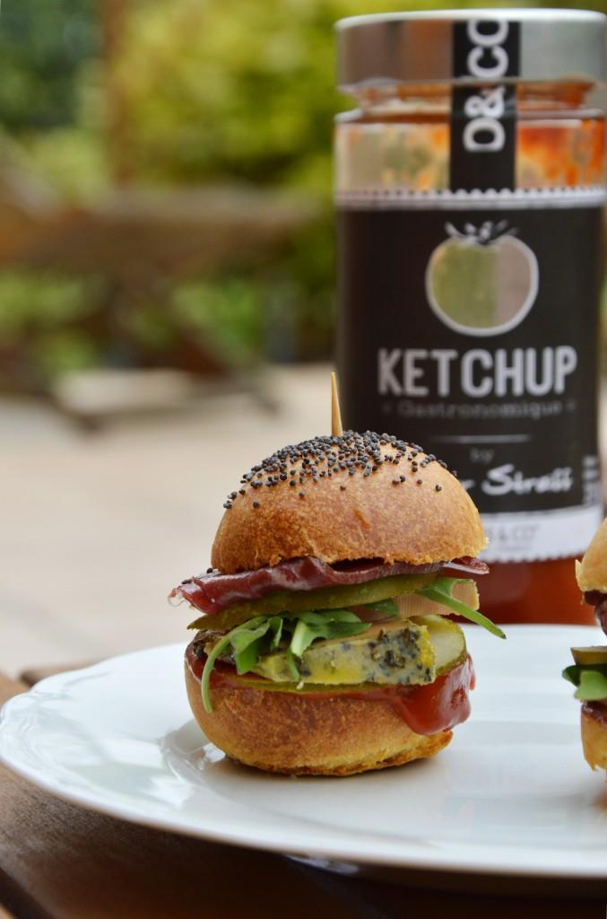 Mini burger foie gras, magret de canard fumé, poire, roquette et ketchup par Plus une miette dans l'assiette