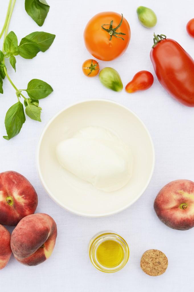 Ingrédients salade pêche - tomate - burrata - basilic - Plus une miette dans l'assiette