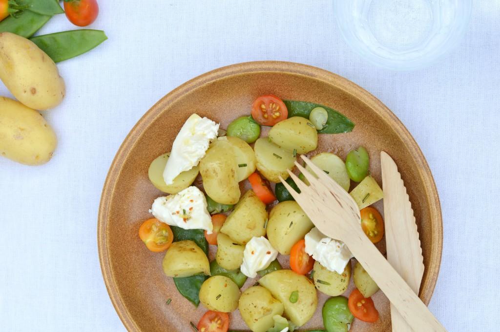 Salade pomme de terre Délicatesse, pois gourmands, fèves, tomates cerise et burrata - Plus une miette