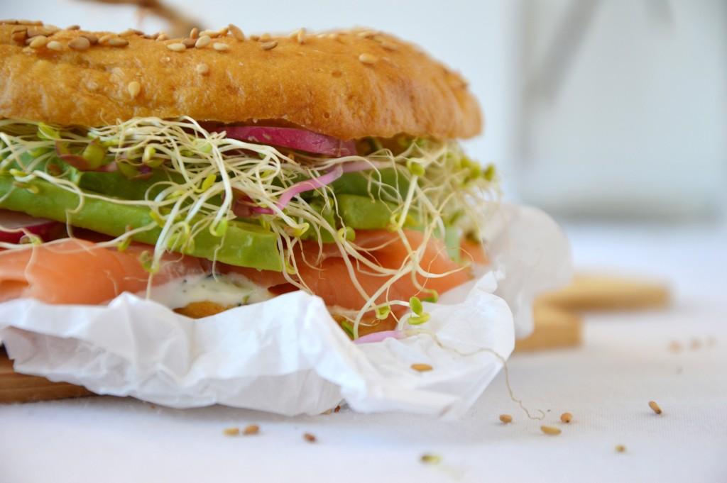 Bagel saumon, aneth, avocat, radis, graines germées - Plus une miette