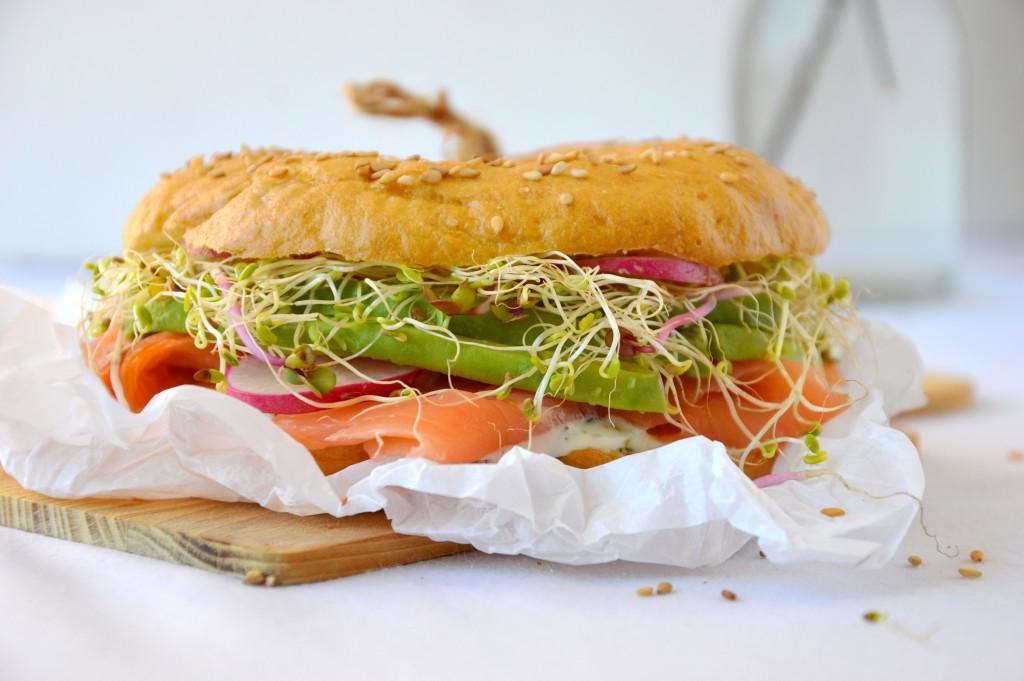 Bagel saumon, aneth, avocat, radis et graines germées / Plus une miette dans l'assiette