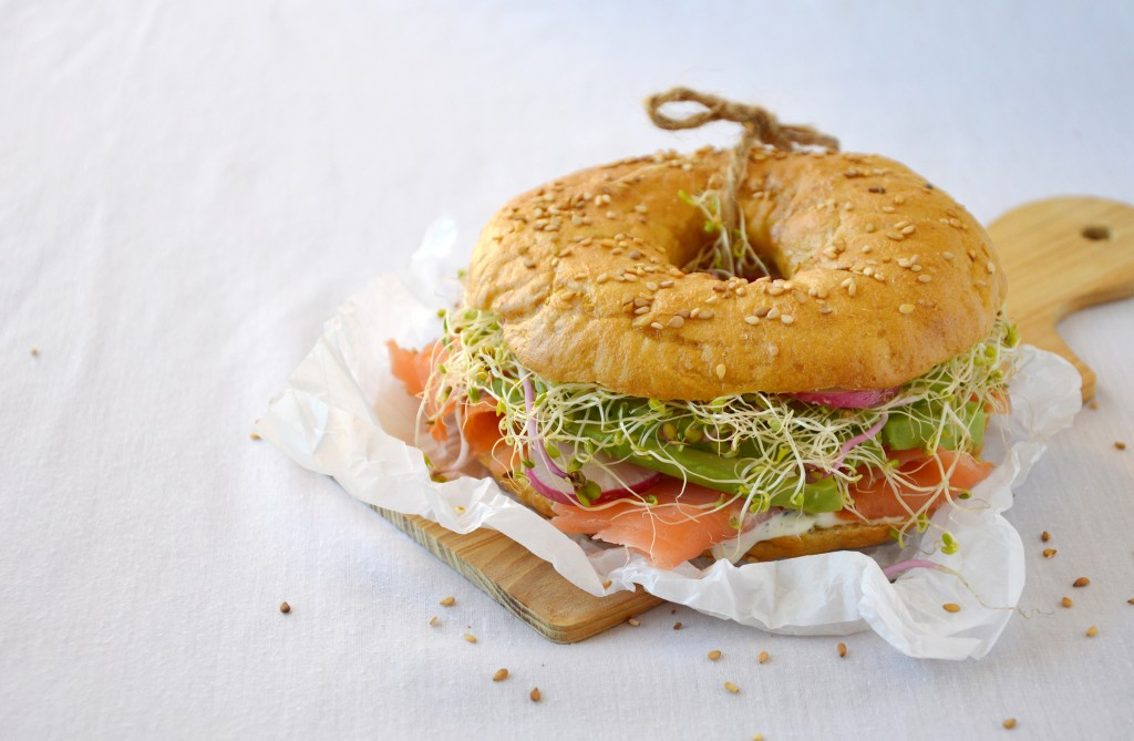 Bagel saumon, aneth, avocat, radis et graines germées - Plus une miette