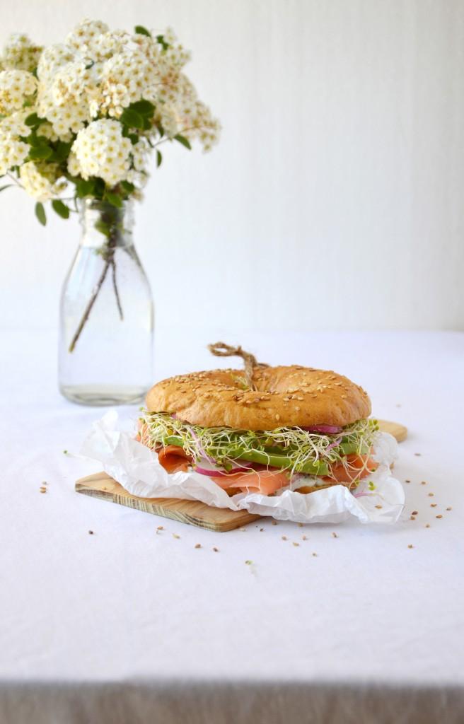 Bagel saumon - aneth - avocat - radis - graines germées / Plus une miette dans l'assiette