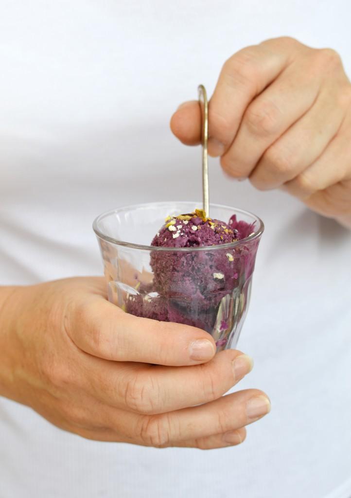 Glace myrtille - choc blanc - pistache - Plus une miette dans l'assiette