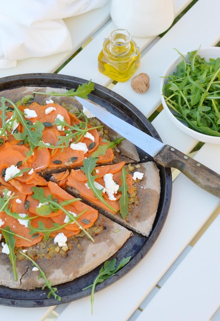 PIzza maison au sarrasin - patate douce - oignons confits au sirop d'érable - chèvre - graines de courge - roquette Plus une miette dans l'assiette