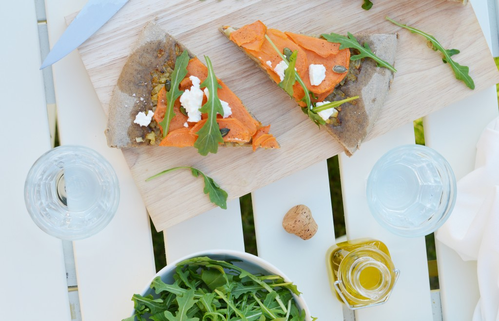 PIzza maison au sarrasin - patate douce - oignons confits au sirop d'érable - chèvre - graines de courge - roquette Plus une miette