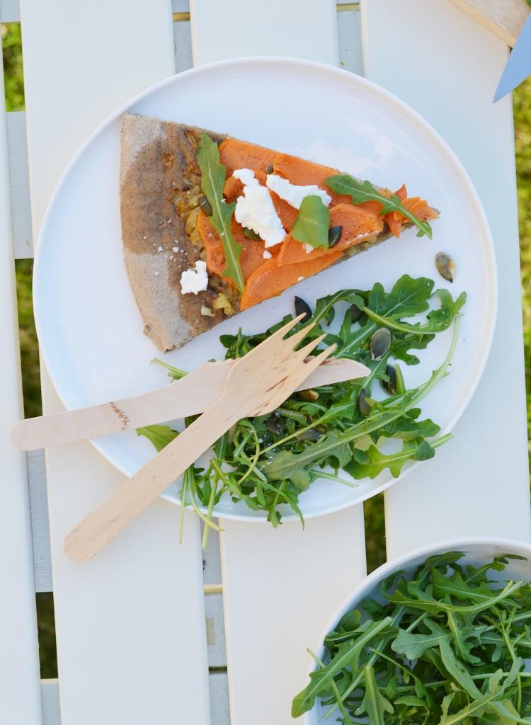 PIzza maison patate douce - oignons confits au sirop d'érable - chèvre - graines de courge - roquette par Plus une miette